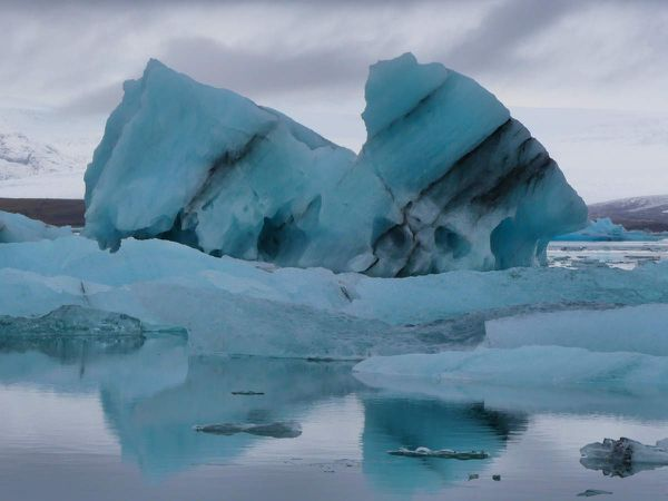 Nos derniers icebergs sur fond de ciel gris derrière lequel se trouve le soleil couchant. Ouaip ça sonnait mieux dans ma tete, c'est sûr...