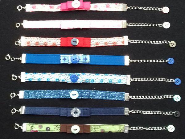 Bracelet en tissu avec petit noeud et bouton au centre, lavable en machine et réglable. La petite touche de fantaisie délicate de votre tenue!