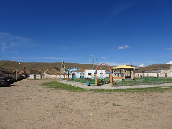 Le village de Pomani et vue de loin sur le rocher de Pomani sur lequel on a grimpé