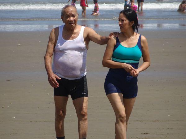La plage de Manta, ses transats et ses tenues de baignade à la dernière mode