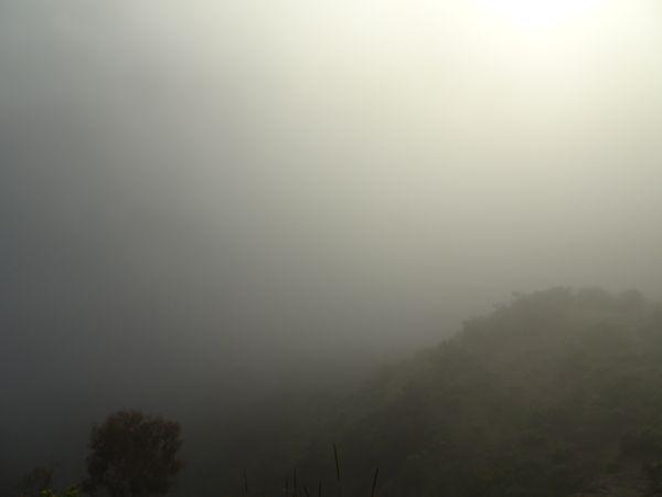 Nuages encore bien présents lorsqu'on arrive au bord du cratère vers 6h30 du matin