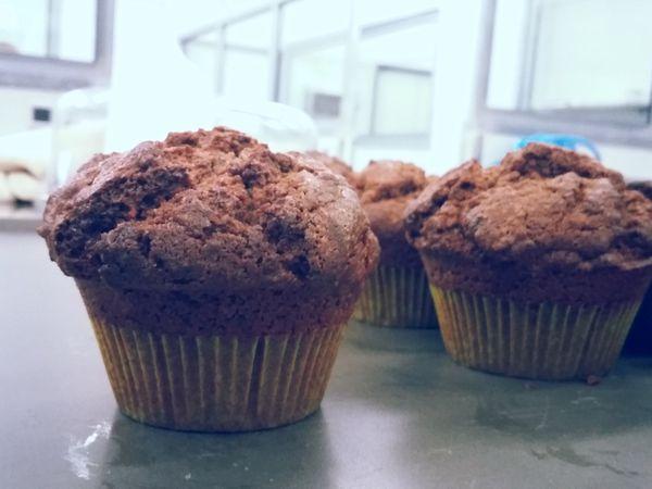 des muffins au chocolat et aux myrtilles