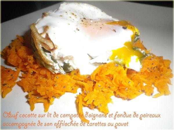 Œuf cocotte sur lit de compotée d'oignons et fondue de poireaux accompagnée de son effilochée de carottes au pavot