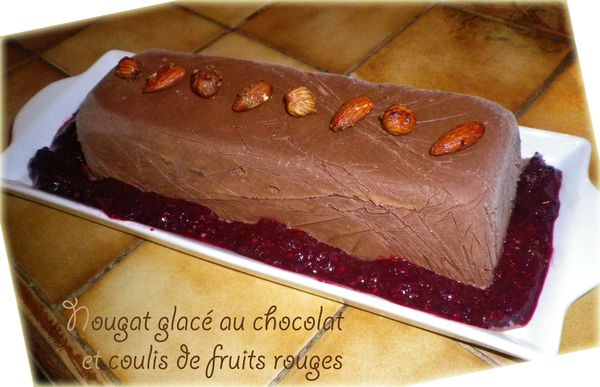 Nougat glacé au chocolat et coulis de fruits rouges