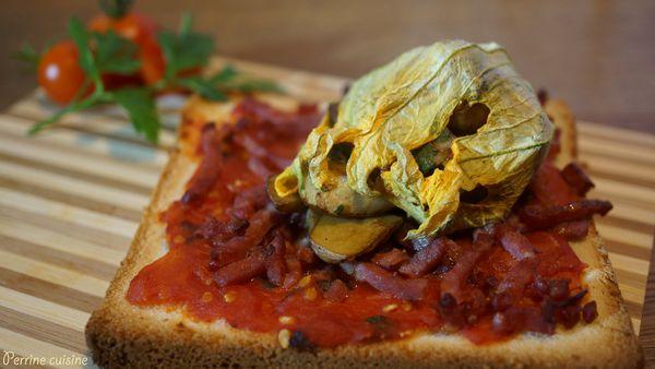 Fleur de courgette farcie aux cèpes sur toast tomates-bacon