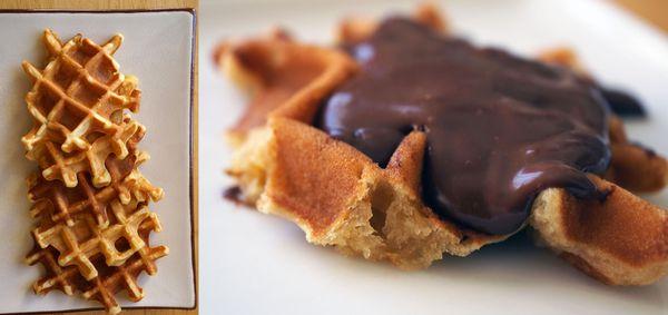 Gaufres à la pistache, sauce épaisse au chocolat {inspirées de Pierre Hermé}