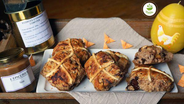 Hot cross buns à la noix, oranges confites et chocolat noir {à la farine de seigle}