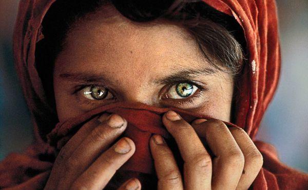 """La """"Ragazza afgana"""", foto simbolo della mostra Il Mondo di Steve McCurry alla Venaria Reale"""