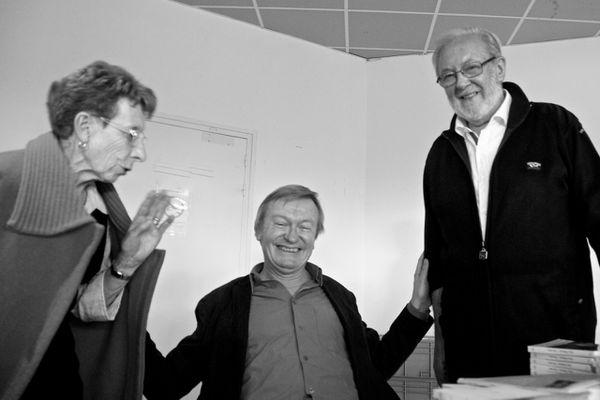 Odette et Jean-Louis entourent l'écrivain Jean Echenoz lors des Vendanges littéraires 2012. Photos Hubert Beauchamp