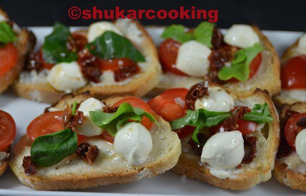Bruchetta gorgonzola, tomates cerise, tomates à l'huile et mozzarella
