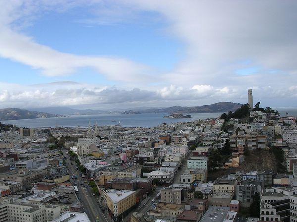 Telegraph Hill (San Francisco), une des nombreuses collines de San Francisco avec la Coit Tower.