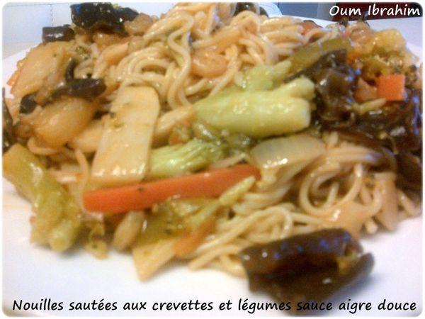 Nouilles sautées aux crevettes et légumes sauce aigre douce