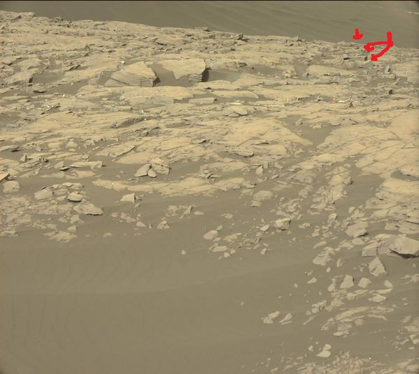 Photo Curiosity Nasa : j'ai fléché en rouge la zone suspecte sur Mars