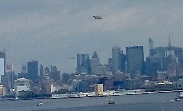 """Crédit photo MUFON, et étude de Scott C. Waring du site """"Ufo Sightings Daily"""" : ovnis à Liberty Island, New York, le 25 octobre 2015"""
