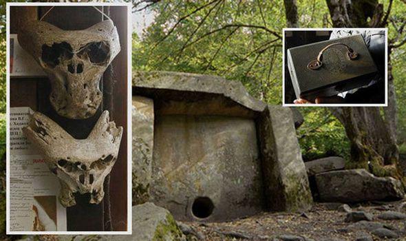 Photo : étranges crânes et malette nazie trouvée en Russie.