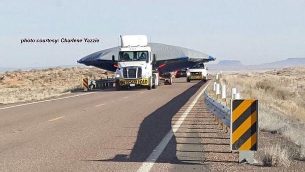 """Crédit photo Charlene Yazzie.""""Ils"""" transportent une soucoupe volante près de Holbrook, en Arizona, USA..."""