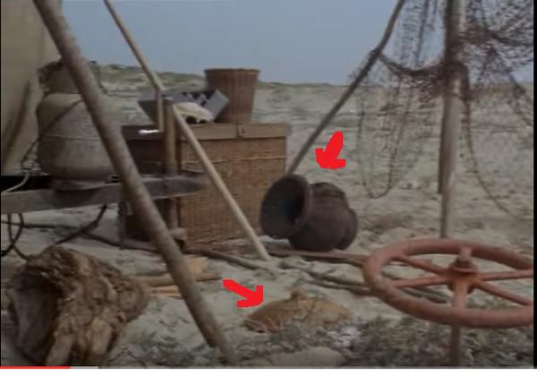 """Les Envahisseurs. Episode n° 15 """"L'astronaute"""". Au sol, l'amphore, et à côté l'objet en forme de soucoupe volante..."""