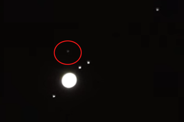 "Photo : ovni près de Jupiter, le 23 mars 2016. Sur le site ""Mirror.co.uk""."