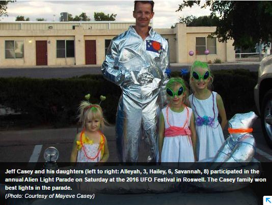 Photo : la famille Casey remporte le prix du festival ovni de Roswell...