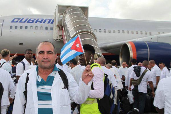 Arrivée des médecins cubains à Freetown, Sierra Leone.