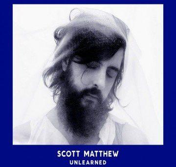 Le barbu australien à la voix de velours revient avec un album de reprises (de Witney Houston à Radiohead en passant par Neil Young). l'assomption arrive à grand pas ! et le christ Scott et de sorti très solennel !