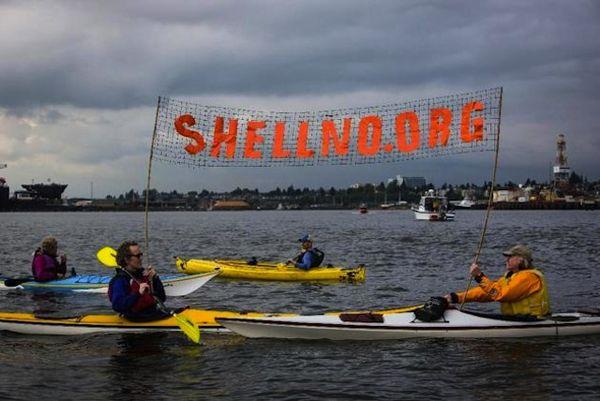 Kontraŭ la petrolaj gigantoj, kajakoj protestas ĉi-semajnfine en la haveno Seatlo