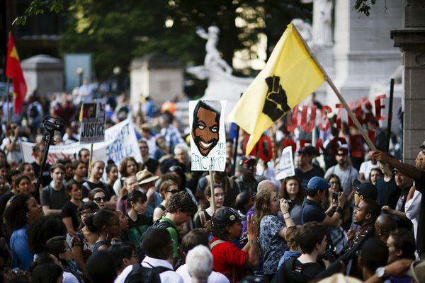 Usono : manifestacio en Novjorko, jaron post la murdo de Eric Garner