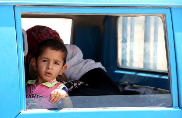 Laŭ la lastaj ciferoj de UN, pli ol 70% el la delokitaj infanoj, pro la bataloj en Irako, ne plu havas aliron al edukado. Bildo: AFP