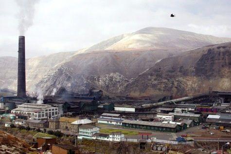 Peruo : mortinto kaj 50 vunditoj dum alfrontiĝoj inter polico kaj laboristoj apud minejo