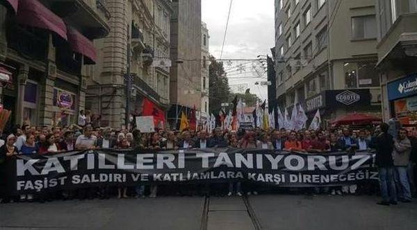 Malantaŭ larĝa flagrubando asertanta « ni konas la murdistojn », 10.000 manifestaciantoj mallaŭdis la islama-konservativan prezidenton Recep Tayyip Erdoğan kaj ties partion ĉe la potenco de 2002.