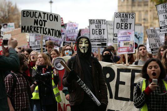 Britio : studenta manifestacio degeneras en Londono
