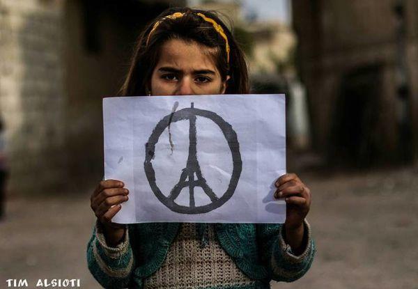 Sirio : La sirianoj kolektiĝis en Duma, martira urbo, solidarece kun Parizo