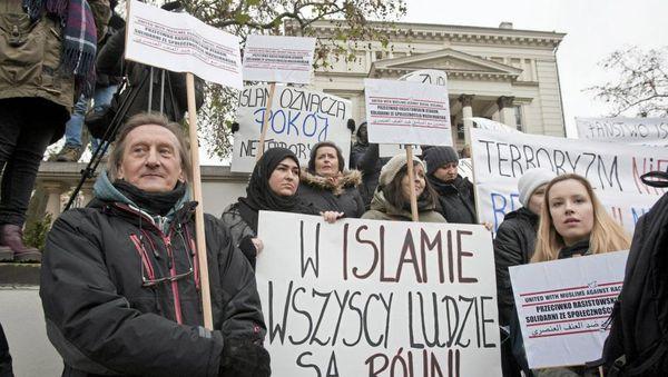 La manifestaciantoj kolektiĝintaj en la urbo Poznano, svingis flagrubandojn « En Islamo, ĉiuj estas egalaj », « Islamo estas paco, ne terorismo ». REUTERS/Lukasz Cynalewski/Agencja Gazeta