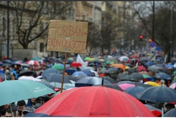 Hungario : la instruistoj surstratiĝas kontraŭ la politiko de la registaro de Viktor Orbán
