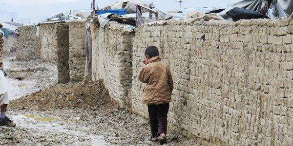 Infano en la kampejo de delokitoj de Chaman-e-babrak en Kabulo © Amnesty International