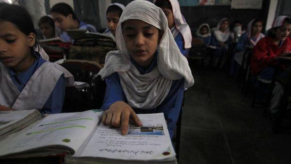 Ĉekape de la plej instrumankaj landoj en Suda Azio troviĝas Barato, Bangladeŝo kaj Pakistano. Ĉi tie en pakistana lernejo. Foto: REUTERS/Fayaz Aziz