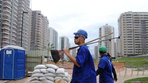 Laboristoj sur la konstruejo de Olimpika vilaĝo en Rio-de-Ĵanejro, la 21an de julio 2015. afp.com/TASSO MARCELO