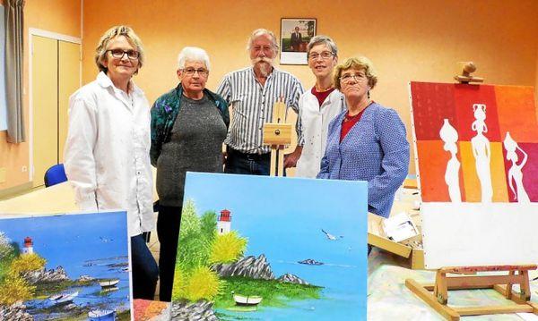 Atelier de peinture : une dizaine de participantes..