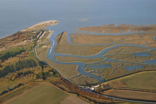 En haut à gauche, la pointe du Hourdel, marée basse