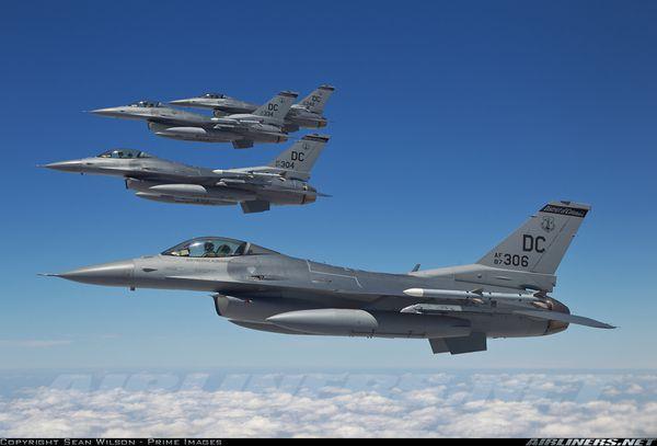 Les Etats-Unis envoient 12 F-16 en Pologne
