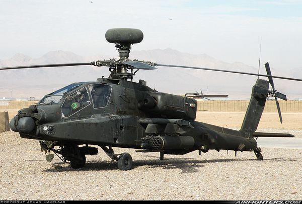 Un hélicoptère Apache britannique se pose en urgence