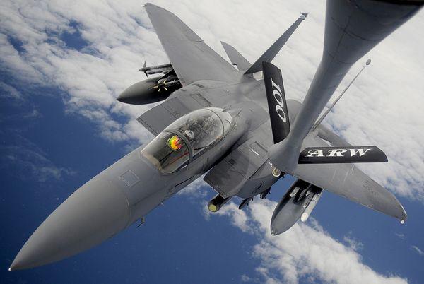 Un F-15E de l'US Air Force largue des tracts au-dessus de Racca, en Syrie