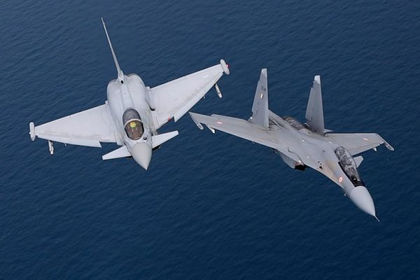 Des Su-30MKI indiens s'entraînent avec des Eurofighter Typhoon de la Royal Air Force