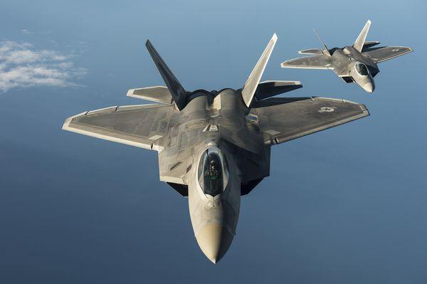 Deux F-22A Raptor derrière un ravitailleur américain lors d'un exercice en Europe - (c) USAF.