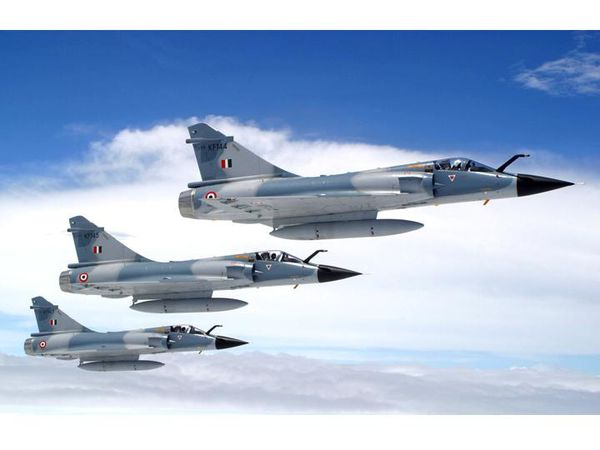 Photo : (c) Force Aérienne Indienne - Formation de trois Mirage 2000H de la Force Aérienne Indienne.