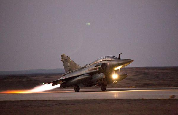 Photo : (c) EMA / Armée de l'Air - Décollage d'un Mirage 2000D depuis sa BAP pour une mission nocturne.