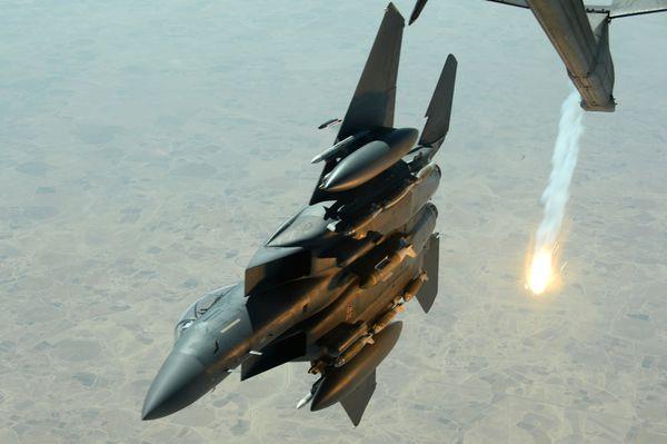 Photo : (c) USAF - Dégagement par la droite après un ravitaillement d'un F-15E de l'opération Inherent Resolve.