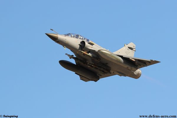 Photo : (c) DR Swingwing - Le Mirage 2000D de la DGA équipé de quatre GBU-12.