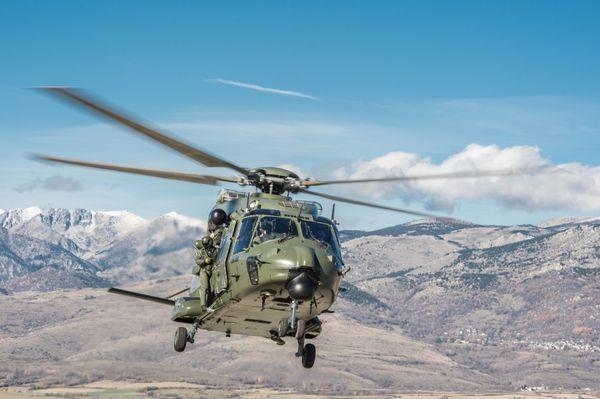 Très belle photographie d'un NH-90TTH belge avec les Pyrénées comme paysage.
