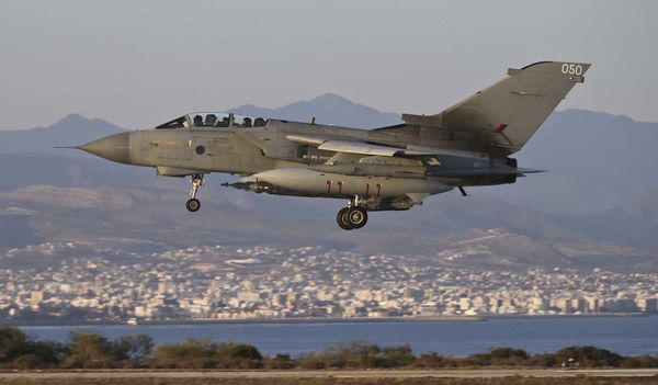 Photo : © Crown copyright - Un Tornado GR.4 atterrit sur la base d'Akrotiri